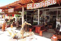 Galeria Do Lado de Lá / O mais novo espaço de arte que faltava em Pirenópolis. Diferentes ambientes com decorações e móveis artesanais de fabricação própria e garimpados.