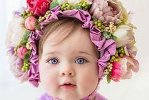 Bambine con cuffiette di fiori