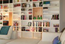 libreria dietro divano