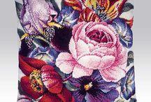 Μαξιλάρια φιγούρας σταυροβελονια. / Αγαπημένο θέμα τα λουλούδια,κεντημένα σταυροβελονιά αλλά και μονοβελονιά ή γκομπλέν. Γιούλη Μαραβέλη,Βελισσαρίου 13-Χαλκίδα.Τηλ:2221074152