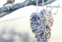 Fågelmatare och fågelbord / Skäm bort dina fåglar i trädgården, vinter och sommar-matning. Hitta inspiration här eller besök vår butik på www.gecko.se/fagelbord