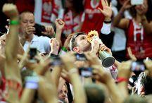 Siatkówka - moje życie / Siatkówka to sport, który daje radość, siłę, wzruszenie, energię, uśmiech i niesamowite emocje. Siatkarze to ludzie, którzy w pełni poświęcają się swojej pasji, pracują ciężko, wyrzekają się masy rzeczy aby tak jak teraz być Mistrzami Świata. Polska siatkówka wspięła się na wyżyny. Bądźmy dumni, że jesteśmy Polakami, i że mamy tak wspaniałych sportowców.