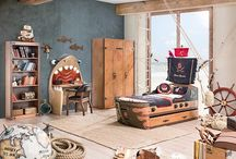 Black Pirate / Super kolekcja mebli dla małego poszukiwacza morskich przygód. Ciepły kolor drewna, mosiężne dodatki tworzą super zestawienie.