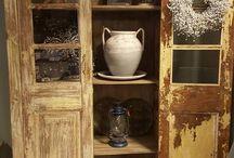 Oud & Stoer Wonen / Woonwinkel Maurice Styling is gevestigd in Vries, Drenthe. Zeker de moeite waard om binnen te lopen om inspiratie op te doen maar ook om vakkundig interieur- en stylingadvies te krijgen op het gebied van verschillende woonstijlen en materialen, accessoires, kasten, meubels, verlichting, plaids en kussens. Kom voelen, laat u inspireren en verleiden.