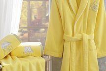 LILIUM / Žlutá kolekce, skládající se z atraktivního dámského županu, ručníku, bidetového ručníku a osušky. Celá kolekce se nese v duchu jemné krásy ušlechtilých květů lilie. Komfortní design spolu se špičkovými vlastnostmi 100% micro zjemněné bavlny nadchnou i toho nejnáročnějšího zákazníka.