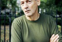 Rem Koolhaas / Голландский архитектор, теоретик деконструктивизма. Родился 17 ноября 1944 года в Роттердаме. Выпускник Гарвардской школы дизайна. В 1975 году основал архитектурное бюро ОМА.