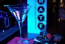 """Maté Bar Bardolino - Cocktails & Drinks / Coktails e long drinks proposti dal Maté Bar di Bardolino. Da noi scoprirete un piacevole ambiente, ottima musica, qualche stuzzichino e, ovviamente, fantastici drinks. Il nostro barman metterà la sua passione e conoscenza dello """"Shekerare"""" nelle vostre mani e, se desiderate, capirà esattamente che tipo di combinazione di gusti state cercando. Con un servizio informale ma elegante tenteremo di lasciare il segno con un'indimenticabile esperienza."""