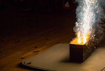 Beltéri tűzijáték – Indoor Fireworks / Három egységből álló beltéri tűzijáték, mintegy 3-4 percben. Az effektek magassága nagyrészt 50-80 cm, illetve három darab kétméteres. Ha tetszik, és szeretnél ilyent, vagy hasonlót a saját lagzidba, ne habozz keresni az ismert elérhetőségeken. Simonics Henrik és Zsuzsa felvételei. (Sajnos, olyan kép nem készült, ami egyszerre mutatja mind a három telepet in action, de majd legközelebb.)