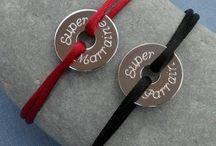 Bijoux personnalisés gravés / Bijoux personnalisés gravés Meli Melow, bracelets, colliers, bagues...