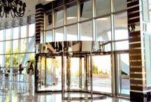 Döner Kapı / Otomatik döner kapılar, yaya geçişinin yoğun olduğu yapılarda insan trafiğini düzenlemek için en çok tercih edilen kapı sistemlerindendir. Ayrıca, binaların mimari görünümlerini estetik olarak tamamlayan, prestijli girişlere ihtiyaç duyulduğunda bu istekleri kusursuzca karşılar