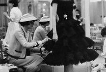 Semplicemente Coco / Di fronte alla vita Gabrielle Chanel non s'è mai genuflessa, ma ama inchinarsi al cospetto dei suoi abiti. Ha uno spillo tra le labbra, un altro tra le dita come un pennello al quale si affida l'ultimo definitivo ritocco sulla tela, quello che forse nessuno coglierà mai. Lei che il domani se l'era sempre cucito come un abito. Le piaceva disegnare e indossare solo quel che amava e solo che assomigliava alla libertà.