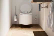• De natuurlijke badkamer / De natuurlijke badkamer is hot. Creëer een warme, rustige badkamer door het gebruik van natuurlijke materialen - zoals hout, natuursteen, kiezels - en natuurlijke, organische vormen. Ook groen mag zeker niet ontbreken in de natuurlijke badkamer.  | www.geberit | www.sphinx.nl | www.geberit.nl | sanitair | toilet | badkamer | inspiratie | landelijk | natuurlijk | badkamerinspiratie | functioneel | design | interieur | interieurdesign | interiordesign
