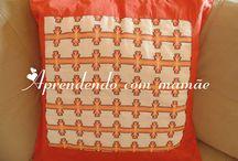 Almofada feita em vagonite / Almofada de vagonite bordada no tecido de etamine.