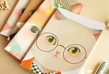 Papelería / Cuadernos, bolis, post it con los que dará toques de color y convertirán tu trabajo en mundo de colores.