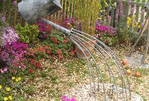 Havedekoration / Havens design styrkes når der tilføjes elementer af humor, kunst og anderledes ideer.