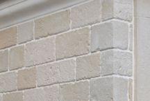 Plaquettes de parement imitation pierre Bourgogne / 3 modèles: plaquette de parement pierre murale de Bourgogne, plaquette de parement dalle murale et plaquette de parement d'angle (chaîne d'angle). Nos plaquettes de parement sont fabriquées à partir de pierre de Bourgogne concassée, moulée et teintée dans la masse, un produit minéral très solide et au rendu naturel. Elles sont résistants au gel, donc, peuvent être posées à l'intérieur comme à l'extérieur. Nos parements s'intègrent facilement aux décors classiques et modernes.