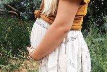 Look | Pregnant / Roupas confortáveis. Vestidos leves, shorts neutros, blusões, camisetas, vestidos listrados, tênis, sapatinhos baixos. Cores: branco, creme, cinza, azul clarinho, rosa clarinho, amarelo clarinho. Evite leggins ou roupas de lycra. Se tiver problemas com os braços mais cheinhos procure usar manguinhas ou um bolerinho que cubra.