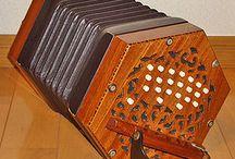 """Boere Musiek - so gaan die verhaal / Boeremusiek is 'n unieke vorm van instrumentele volksmusiek wat in Suid-Afrika hoofsaaklik deur Afrikaans sprekendes beoefen word. Dit dateer uit die era toe die persone wat dit beoefen het internasionaal bekend gestaan het as """"Die Boere"""" van Suid-Afrika. Dit is informele musiek wat op 'n kenmerkende manier gespeel word en is hoofsaaklik bedoel as begeleiding vir sosiale danse."""