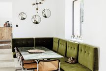 Retro Interior / De retro woonstijl is al een tijd weer helemaal terug van weggeweest. Vormen, kleuren en materialen uit de jaren 50 zijn we terug te vinden in onze interieurs. Denk aan, Meubilair met ronde hoeken, Retro tapijten met veel kleuren zoals oranje, geel en bruin, Veel planten zoals cactussen en vetplanten, Wanden met motieven en patronen. Kleuren zoals mosterdgeel, olijfgroen en okergoud. Retro kleuren zijn vaak warme en diepe kleuren maar kunnen juist ook pastel poeder tinten zijn.