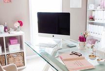 biuro biały z dodatkiem koloru