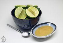 Fermenteret lime / Skal du bruge en smagsforstærker til dine saucer, hvor der mangler surt, sødt, salt og bittert? Så kan jeg varmt anbefale disse fermenteret lime, hvor der kun skal bruges tre ingredienser. Det er vigtigt, at du har meget fokus på hygiejne og renhed. Den anden ting man skal være opmærksom på, er at elementerne, altså limene må ikke få ilt. Hvis limene ikke er dækket, begynder der er opbygge sig bakterier.