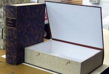 carpette, scatole, contenitori per archivio in legno e cartone. / per conservare con cura.
