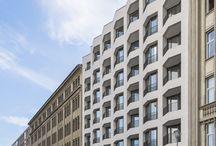 """Guardian Berlin-Mitte / Inmitten des Berliner Zeitungsviertels, unmittelbar neben dem Gendarmenmarkt, wurde das Neubauprojekt """"Guardian"""" bereits fertiggestellt. Helle Penthouses überzeugen durch geräumige Grundrisse mit modernen Ausstattungsdetails. Großzügige Dachterrassen erweitern den Rückzugsort nach draußen und werden zum privaten Refugium unter freiem Himmel. Ergänzt wird der Wohnkomfort um Features wie ein Concierge-Service und ein hauseigener Fitnessbereich."""