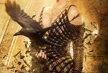 Branca de Neve e o Caçador 2 / O longa 'O Caçador e a Rainha do Gelo', a continuação de 'Branca de Neve e o Caçador 2', teve seu primeiro  trailer oficial completo divulgado. O segundo filme vai girar em torno do Caçador, vivido por Chris Hemsworth, e deve servir como um prelúdio do longa original acompanhando o herói e a bruxa Ravenna (Charlize Theron) antes de conhecerem Branca de Neve vivida por Kristen Stewart que não retorna ao papel da heroína. Emily Blunt faz Freya, a Rainha do Gelo do título.