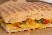 Paninis / Nuestra creación de este tradicional sándwich, dorado a la perfección, en nuestro fresco y crujiente Pan Focaccia horneado diariamente.