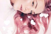 Frisiert & Gestylt / Keine Lust auf Bad-Hair-Day? Auf der Suche nach den aktuellsten Frisuren-Trends und den besten Haar-Tutorials? Ob angesagte Frisuren für kurze, lange oder mittellange Haare, Bob, Pixie oder Ponytail oder festliche Flecht- und Hochsteckfrisuren für Hochzeiten, Geburtstage und wilde Partys – die Erdbeerlounge ist im Frisuren Fieber! In unserem Frisuren Magazin findest Du hilfreiche Infos zur Haarpflege, Hairstyling und Färbetrends, aktuelle Hairstyles und die schönsten Starfrisuren zum Nachstylen.