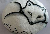 oso pintado en piedra
