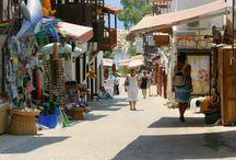 КАЛКАНЕ (Kalkan Turkey) /  Калкан (Турция) – известный курортный город в в районе Каша(Турция) недалеко от Анталии. В частности, он является одним из самых любимых туристических остановок британских туристов. Один из самых больших пляжей в мире, тщательно охраняемая природа и непередаваемые красоты, от которых захватывает дух! История региона также интересна, как и морской безмятежный отдых в этой округе. Известный философ Геродот называл Калкан «самым близким местом к звездам». В разные эпохи место принадле)жало разным цивилизациям. Ликийцы, хетты, римляне, османы – все признавали невероятные природные богатства и стратегическую важность Калкана Турция. В настоящее время это местечко продолжает оставаться яркой звездой на побережье Средиземного моря! Любители активного отдыха также найдут здесь все желаемое: соревнования парапланеристов, дайвинг, яхтинг, байдарки, каноэ и т.д.