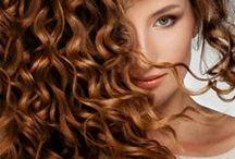 Olejowanie włosów / Olejowanie włosów  Olejowanie to zbawienny zabieg dla osób ze zniszczonymi, suchymi, niesfornymi włosami i rozdwojonymi końcówkami. Wcieranie we włosy olejków poprawia ich sprężystość, nawilża i regeneruje, a odpowiednio dobrane olejki zapobiegają wypadaniu wlosów i poprawiają stan skóry głowy. Zabieg ten od dawna wykonywany jest przez kobiety Orientu, które mogą pochwalić się pięknymi, lśniącymi, długimi włosami.
