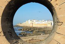 """Viajes a Marrakech con AmazighMarruecos / Essaouira es la favorita de nuestras Excursiones desde Marrakech es  también conocida como: """"La perla del Atlántico"""",""""La Bella Durmiente"""",""""hermosamente trazada"""" o en su época de Colonia Portuguesa Mogadur.  Patrimonio de la Humanidad mantiene el encanto de lo antiguo de un lugar anclado en el tiempo.  Aquí es donde termina el Mediterráneo en lo cultural siendo la última fortificación amurallada en la costa atlántica.  Essaouira es parada obligada para los amantes de viento y playa."""
