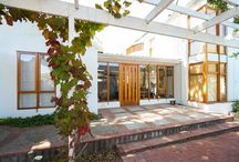 Oak Haven / This newly built 1 bedroom home is nestled in the leafy suburb of Rondebosch, Cape Town. The Master Bedroom has a King Size bed, built in cupboards and an en-suite bathroom with a bath and a shower. There is also a lovely little balcony where you can sit outside and enjoy the mountain view while listening to the bird song.