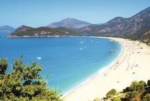 Fethiye Öludeniz / Turkuaz rengine anlam katan, Ege Bölgesi'nin en güzel sahilleri ve adalarına sahip olan, müthiş doğası ve etkileyici ören yerleriyle bir tatil hazinesi: Fethiye.Muhteşem tatil beldeleri, kültürel mirasları, yamaç paraşütü ve dalış gibi pek çok spor olanaklarıyla alternatif zamanlar geçirmenizi mümkün kılan Fethiye, Muğla iline bağlıdır ve beldeye tipik Akdeniz iklimi hâkimdir. Yazları sıcak ve kurak olan bölgede, kışlar ılık ve yağışlı geçer.