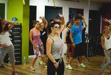 "Dancextrme / Το DanceXtreme® είναι ένα συναρπαστικό fitness dance πρόγραμμα σχεδιασμένο γι' αυτούς που αγαπούν την ""πρόκληση"" στη χορογραφία και ταυτόχρονα θέλουν να ασκηθούν έντονα βελτιώνοντας τη φυσική τους κατάσταση και βλέποντας εντυπωσιακά αποτελέσματα σε καύσεις λίπους! Επίσης μέσω του DanceXtreme βελτιώνεται η νευρομυική συναρμογή και η χορευτική ικανότητα!Το πρόγραμμα συνδυάζει διάφορα είδη μουσικής (όπως latin, pop music hits, hip hop, house και άλλα) με υψηλής έντασης κίνηση!"