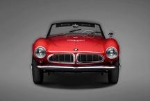Otomobil Tasarımının Parlayan Anları / Fotoğrafçı Erik Chmil, efsane BMW 507 Roadstar veya BMW 6 Series Gran Coupé'u da içeren 10 BMW klasik otomobil fotoğraflarıyla bizi büyüledi. Fotoğrafların devamı BMW ve LUMAS galerileri arasındaki işbirliği sayesinde gerçekleşti.