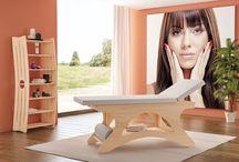 Linea Estetica: Lettino Roma / Realizzato in legno di multistrato di betulla in color naturale con cuscineria in color bianco completo di mensola inferiore porta oggetti e portarotolo.