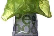Peepoo Bag / La Peepoo bag è un sacchetto monouso e biodegradabile leggerissimo (pesa 10 grammi) composto di due strati. Quello interno si trasforma in una sorta di imbuto che fa da contenitore. Facile da usare, trasportabile ovunque, si può utilizzare in ogni luogo – fuori o dentro casa, nelle scuole, ecc… in completa privacy. Dopo l'uso si chiude con un semplice nodo e grazie alle sue caratteristiche auto-igienizzanti può essere lasciato dappertutto.