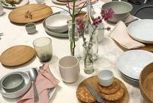 Trends 2017 für den Tisch / So decken wir heute den Tisch: Keramik im Handmade-Look in natürlichen Farben wie Terrakotta oder Salbeigrün. Geschirr in den Trendfarben Rosa, Grau, Blau und - Schwarz. In der Mode ein Dauerthema, auf dem Tisch auch immer häufiger zu sehen.