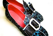 Kaye / These shoes use a decorative horn buckle. The printed hair-on cowhide is a cheetah print. Lined in red sueded cow hide for comfort.