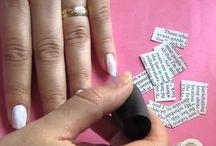 Manicure original / Manicure met krant 1.Knip stukken krant die wil gebruiken waar alleen tekst op staat. 2.Lak je nagels met witte nagellak 3.Doe alcohol in een bekertje of potje en doe je vinger een paar seconden erin. 4.Gelijk daarna druk je op je nagel het stukje krant die je erop wil. Verwijder rustig de krant en controleer dat de teks op je nagels is gedrukt.  5. Lak je nagels met transparante nagellak.