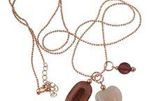 AziBi Kettingen / AziBi Kettingen zijn er in zilver, rosé en goud kleur plating. Ze zijn 100% nikkelvrij en afgewerkt met een hoge kwaliteit coating. De lengte is 90 cm met een verlenging van 5 cm. Er zijn diverse AziBi hangers voor deze kettingen te verkrijgen. Ze zijn standaard met een set van drie hangers. U kunt deze set ook aanvullen met losse kettinghangers en de AziBi oorbelhangers kunnen er ook goed aan (deze hebben alleen een iets kleiner ringetje eraan dan de kettinghangers).
