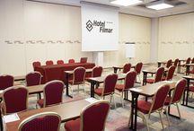 Centrum Konferencyjne Hotelu Filmar**** / Centrum Konferencyjne w naszym Hotelu jest jednym z największych tego typu obiektów w regionie. Do Waszej dyspozycji oddaliśmy ponad 1000 m kw. powierzchni, którą w razie potrzeby można dzielić eleganckimi, składanymi ścianami. W naszym Hotelu mogą odbywać się zatem zarówno duże konferencje i sympozja, jak i mniejsze spotkania biznesowe czy szkolenia. Zapraszamy!