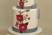 Taarten / Witte ronde taart met cyclaam bloem