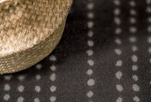 Collection : Maori, Les Best Design II / Conscient des tendances, Balsan propose Maori, un produit qui surfe sur le mouvement des motifs aborigènes, très en vogue. Cette moquette en lé dessiné est ponctuée par des points aux contours approximatifs alignés les uns aux autres. 5 coloris chaleureux viennent sublimer ce motif pour habiller les maisons et/ou les hôtels d'une ambiance inspirée des tribus du pacifique.