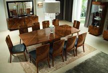 Styl art deco / Art deco style / Art deco styl wprowadził umiar i geometrię, dyscyplinę do dekoracji wnętrz. Wyróżnia go ponadczasowa elegancja. Zawdzięczamy mu masywne, solidnie i ciężko wyglądające meble o zaokrąglonych kształtach, wykonane ze szlachetnych gatunków drewna, wykańczane lakierem, zdobione egzotycznymi materiałami, takimi jak kość słoniowa, czy krytych skórą. Charakterystyczne jest wykorzystanie drogich i luksusowych materiałów.