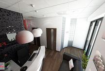 PROJEKT WNĘTRZA SALONU KOSMETYCZNEGO DEPILCONCEPT W KRAKOWIE / Czarna tapeta z motywem pnącza, czerwony kolor na ścianach oraz kolor biały to wraz z logo elementy charakteryzujące wnętrza sieci Salonów kosmetycznych DepilConcept w Polsce.Wyznaczonymi przez franczyzodawcę środkami wyrazu wraz z niektórymi elementami dekoracyjnymi zaproponowanymi z naszej strony, stworzyliśmy piękne wnętrze wpisujące się w charakter podobnych salonów DepilConcept i zarazem wyróżniające się elegancją, wysokim standardem materiałów, oryginalnym detalem.