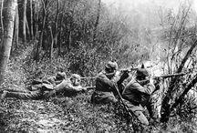 Premiere Bataille de l'Aisne - Septembre 1914 / Septembre 1914 : la Bataille de la Marne vient de prendre fin. Le repli allemand s'arrête le long de la rivière Aisne, dont le cours est dominé par de hautes falaises parcourues par de nombreuses galeries qui offrent des postes de défense quasi imprenables. Entre le 13 et le 15 septembre 2014, les troupes françaises et britanniques tentent de s'emparer du plateau.